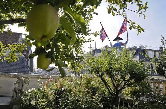 The herm s secret garden on a paris rooftop messy nessy chic for Jardin secret paris