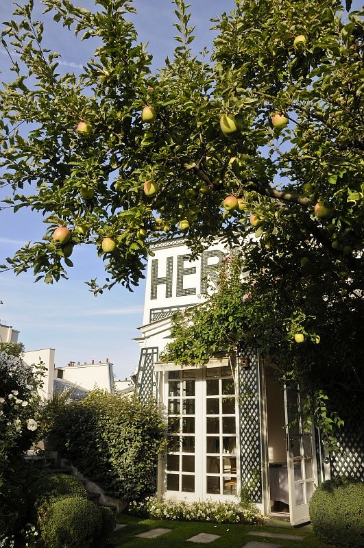 the herm s secret garden on a paris rooftop messy nessy chic. Black Bedroom Furniture Sets. Home Design Ideas